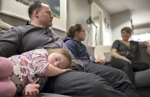 Stella hviler med hodet i pappa Nils Olaf Solbergs fang. I sofaen sitter også søsteren Emily og mamma Lene Lindquist.