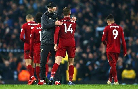 Liverpool-manager Jürgen Klopp trøster spillerne etter tapet mot City i forrige uke. Det er mulig han må trøste flere spillere i dag. (AP Photo/Dave Thompson)