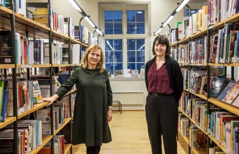 Kulturbyråd Katrine Nødvedt (til høyre) skal torsdag vedta det nye reglementet som skal gjelde alle filialene til Bergen offentlige bibliotek. Det er biblioteksjef Leikny Haga Indergaard glad for.