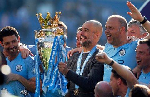 Pep Guardiola var mildt sagt fornøyd etter søndagens seriegull. Her jubler han underveis i kampen mot Brighton.  (AP Photo/Frank Augstein)