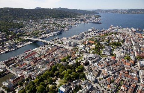 – Etabler et sammenhengende grønt byrom langs hele sjøkanten på begge sidene av fjorden, mener innleggsforfatterne om Dokken og Laksevåg-siden. ARKIVFOTO: BA