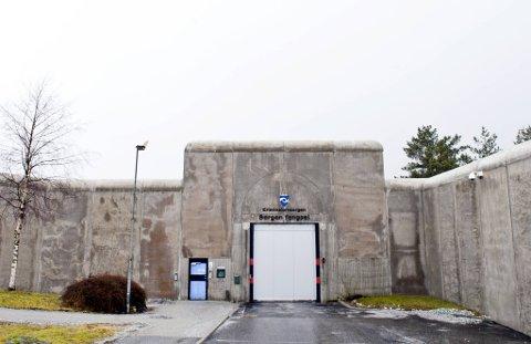 19-åringen sitter nå i varetekt etter at det ble funnet kniv og drapslister på cellen hennes i Bergen fengsel.