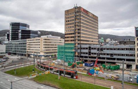 Her skal det legges ny sporveksel. Området er mellom Bystasjonen og Fylkesbygget, like før Nygård bybanestopp.