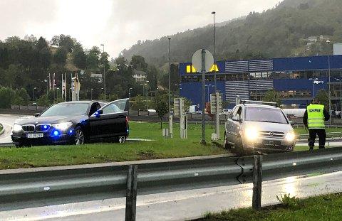 Bilen fikk betydelige materielle skader, ifølge politiet.