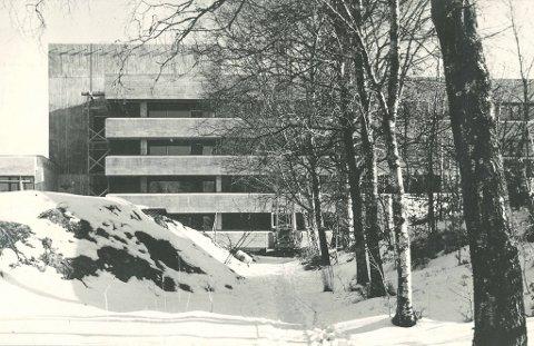 Stord Fylkessjukehus frå den gongen det stod flunkande nytt i 1970. Oppdraget blei eit nasjonalt gjennombrot for det unge arkitektparet – eit knapt år etter dei oppretta eigen praksis på Paradis i Bergen.