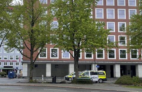 En time etter siste frist for utsjekk, ringte hotellet til politiet for å få hjelp.