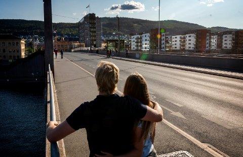 BLIND VOLD: Kjæresteparet tilbake på Bybrua der de ble utsatt for blind vold av tre menn i 20-årene like før midnatt 17. august. – De kalte meg «hore» og slo oss i bakken, sier kvinnen i 20-årene.