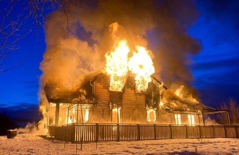 BRANN: Huset i Hilsenveien var allerede overtent da brannvesenet kom til stedet søndag morgen.