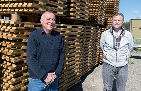 TAR OVER: Geir Fuglum (til venstre) har hatt lederjobben siden bedriften var ny. Nå overlater han den til Bent Olafsen fra Geithus.