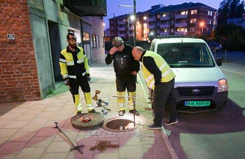 NATTARBEID: Asef Musawi (f.v.), Jan Kårmo og VA-sjef Torger Ask var natt til tirsdag i full gang med å spyle igjennom kommunens vannledningsnett i Vikersund sentrum.