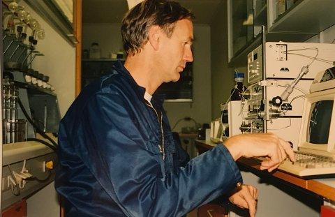 Johan Tore Rødland på jobb i laboratoriet til Egersund sildoljefabrikk (i dag Pelagia). Bildet er tatt en gang midt på nittitallet. Rødland forteller nå om utstrakt juks ved bedriften.