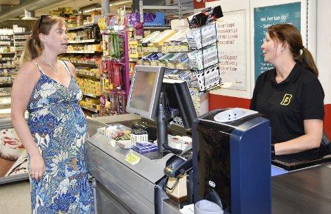 HELT HÅPLØST: – Uten skole er Skotselv ingenting, sier småbarnsmamma og lærer Kristine Knive Karoliussen (til v.). Her handler hun hos Hege Rypaas på Bunnpris, som er den eneste matvarebutikken i Skotselv.