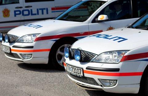 Parkerte politibilar i Florø i samband med dronningbesøket.  TAGS politi politibil utrykning PST uniform