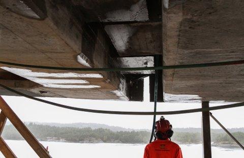 MIDT PÅ: Her står prosjektleiar Sjur Lauvdal frå Statens Vegvesen akkurat under skøyten på Osstrupen bru - den vi både har kunna sjå med det blotte auget og høyre når vi har køyrt over den.