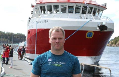 Ronny Larsen framfor Godfisken, arbeidsbåten selskapet hans Sjøprodukt, skal drifte for oppdrettsnæringa.