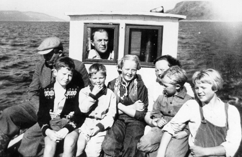 FRÅ 1950: I Firdapostenarkivet ligg dette bildet med bildeteksten «På veg over Frøysjøen til Husefest for å plukke blåbær omkring 1950. Sigmumd Mønstre, doktor i Kalvåg. Johan Mønstre, Gunnar Mønstre, Andreas Vesterås i styrhuset, Siren Mønstre, Astrid Mønstre, Dag Mønstre og Oddbjørg Vesterås, no Langeland.