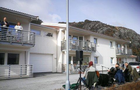 F.v. Norvall Klungresæter, Jarle Grotle og Einar Nesbakk heldt minikonsert for bebuarane i Hogslia fredag ettermiddag.