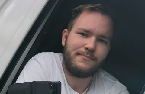 """BERRE KJEKT: Thomas Buarøy (25) stilte opp som frivillig snømåkar på byforumet """"du veit du er frå Florø når...""""."""