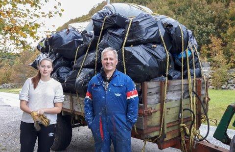 60 SEKKAR MED SØPPEL: Sofie Krumsvik (15) og Edvin Landøy (50) samla inn 60 sekkar med søppel i samanheng med aksjon plastpant.