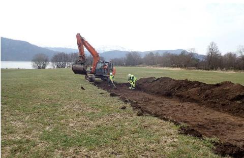 UNDERSØKING: Det blei gravd 24 sjakter mellom Askvoll og Naustdal, kor tre hadde arkeologiske funn.