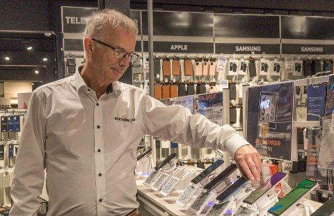 MANGELVARE: Nyare mobiltelefonar er for tida vanskeleg å oppdrive. – Leverandøren har rett og slett ikkje produkta inne, seier dagleg leiar Steinar Aase på Power.