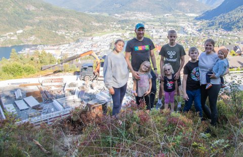 FAMILIEN WERGELAND: Det er mykje liv og røre i familien på åtte, men dei gler seg alle til å flytte inn i  draumehuset deira. F.v. Sara (16), Daniel (37) Julie (7), William (14), Ellie (4), Theodor (11), Kristine (36) og Olav (1).