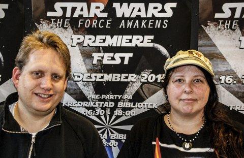Klare for fest: Jørgen Søderberg Jansen og Mette Durban Andreassen ved Fredrikstad Kino gjør klar til Star Wars-fest onsdag.foto: john johansen
