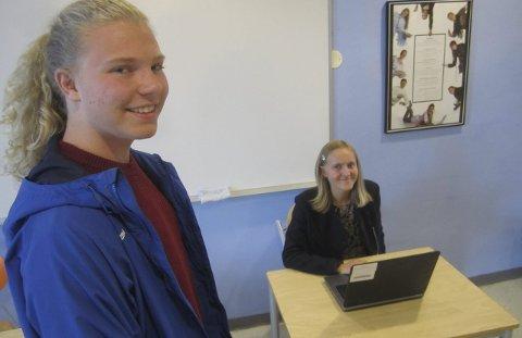 PC-valg: Valget ble gjennomført med PC på Glemmen videregående skole. Adran Knut Bekkevold (17) venter på å stemme, mens Katja Frederikke Arnesen (16) avgir stemme. foto: TORE TINDLUND