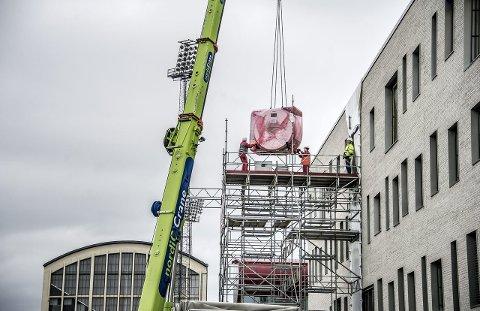 4.700 tonn tung MR-Maskin:   – Vi investerer i neste helt ny utstyrspark, ikke noe utstyr som er eldre enn sju år får bli med over på Helsehuset, sier instituttsjef Gary Haraldsen som denne uken tok imot en av de nye MR-maskinene. Foto: Geir A. Carlsson