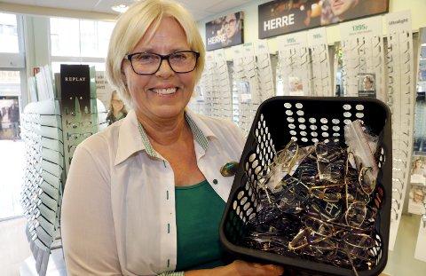Brillebehov: Anne Nilsen, daglig leder for Specsavers i Fredrikstad, har allerede fått inn en god del briller, men trenger mange flere. Foto: Svein Kristiansen