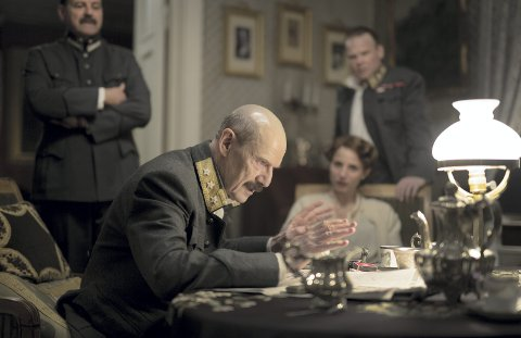 Fra filmen: I filmen «Kongens nei» spilles kong Haakon av danske Jesper Christensen. Innfelt forsvarsminister Birger Ljungberg fra Kråkerøy. foto: filmweb