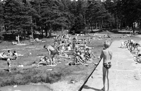 Badeidyll ved Solviken: Bildet er fra 80-tallet da de første solsengene hadde gjort sitt inntog på stranda. Gunnar Haagensen «mirakel» fra området inntraff allerede 30 år tidligere.