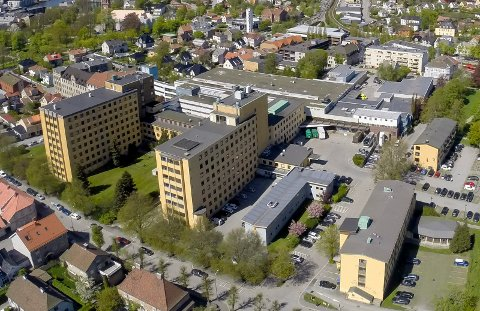 Bygningene til det tidligere sentralsykehuset forfaller. Kari Schie Kilde er sterkt knyttet til stedet gjennom sin far, og reagerer på at ikke noe skjer.