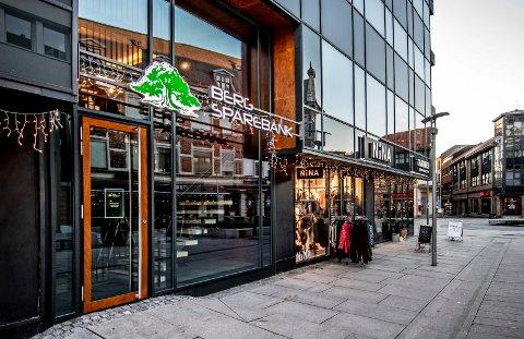 MIDT I SMØRØYET: Berg Sparebank har flyttet til Nygaardsgata 49 for å komme nærmere kundene.