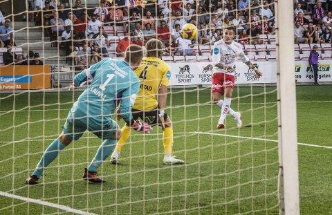 Over mål: Rocky Lekaj fikk denne gedigne muligheten ett minutt før full tid. Skuddet blåste han over.foto: geir a. carlsson