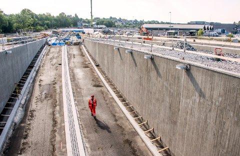 SNART KLAR: Kulverten under den nye Ørebekk-rundkjøringen er klar for asfaltering. Kontrollingeniør Jan Espen Jensen er på befaring.