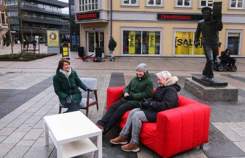Jubileumsquiz: Programleder Solveig Barstad (til venstre) kunne friste Amalie Marie og mor Mette Christine Holt med en årstalloppgave på Stortorvet onsdag ettermiddag.
