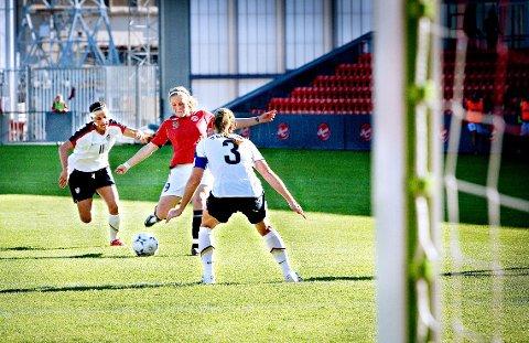 Landskamp for kvinner på Fredrikstad stadion i 2008, en sjelden begivenhet for alle som er interessert i kvinnefotball. Isabell Herlovsen sentral på det norske laget som tapte 0-4 for USA.