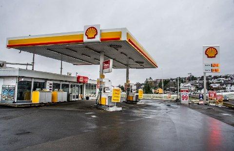 Shellstasjonen på Rolvsøy har nå blitt Shell Express, og butikken har blitt omprofilert til Khans Grill og Pizza. Nå skal det satses på matservering fremfor bensin og kioskvarer her.