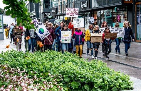 Gikk i tog: Demonstrantene gikk i tog fra rådhuset til Stortorvet med taktfaste kamprop for miljøet.