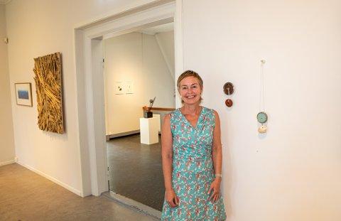 Putte H. Dal har vært utstiller på flere av Sommerutstillingene siden 2004. Her står hun med verkene hun stiller ut i år.
