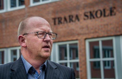Rektor på Trara skole, Morten André Johnsen Rummelhoff, konstaterer at rødt nivå virker. Færre må nemlig i karantene etter et smittetilfelle enn om skolene hadde hatt gult nivå.