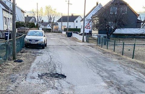 Villaveiens dekke er slitent, men hullene fra forrige uke er tettet.