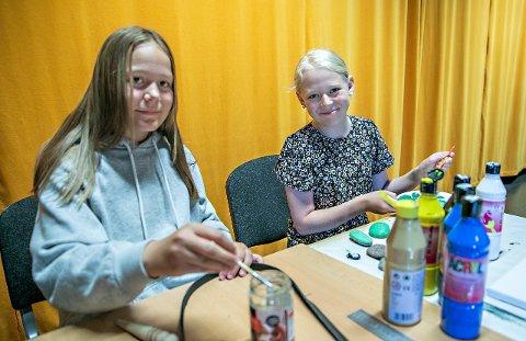 Elise Skodje (til høyre) og Tindra Hepsø synes at sommerskolen har vært helt topp.