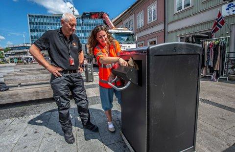 Gustav Hovland og Kristin Carlsson prøvde ut  fem nye smarte avfallsdunker med solcellepanel og sensorer i fjor. Nå skal det kjøpes mange flere. Foto: Geir A. Carlsson