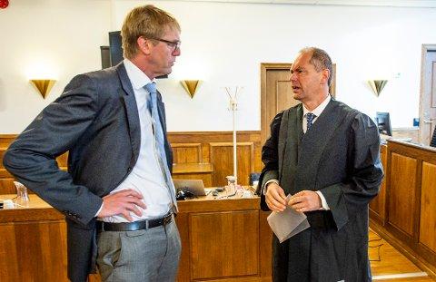 Forsvarer for den tiltalte finansmannen Hans Thomas Revhaug (t.v) ga klart uttrykk for at det ikke er straffbart å ikke betale tilbake et lån til tiden og minnet om at det er strengt beviskrav i straffesaker. Her i samtale med aktor Jan Schei i forkant av rettssaken.