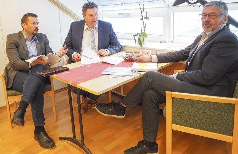 Slagplan: Svein Erik Kristiansen, (H), ordfører Evenes, Rune Edvardsen, (A), ordfører Narvik, og Terje Steinsund, administrerende direktør i Futurum er klar på at Ofoten trenger en slagplan som kan bidra til at regjeringens forslag til langtidsplan for forsvaret blir vedtatt. Denne vil ha stor betydning for både arbeidsplasser og verdiskapning i regionen.Foto: Terje Næsje