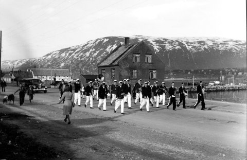 Krigen i Norge etter tyskernes overfall.  Tromsø 17. mai  1940. Byen er på dette tidspunkt Norges hovedstad.  Musikkorps på marsj gjennom gatene. WW2 - Norway. Tromsø, the national day 1940.