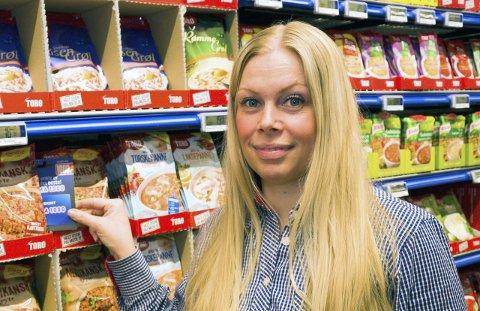 GJEMT: For å trekke ekstra kunder til butikkåpningen gjemte butikksjef Silje Bornø Andersen gavekort for 10.000 kroner blant varene i butikken.