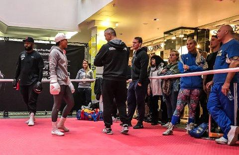 KOSETRENING: Cecilia Brækhus snakker med Marthin Hamlet og Ole Klemetsen under public workout-seansen onsdag. Hennes trener Johnathon Banks til venstre, og motstander Mikael Lauren til høyre.